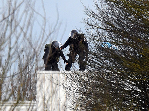 Policiais das forças especiais da França entram no prédio em que dois irmãos fazem um homem de refém em Dammartin en Goele, norte de Paris