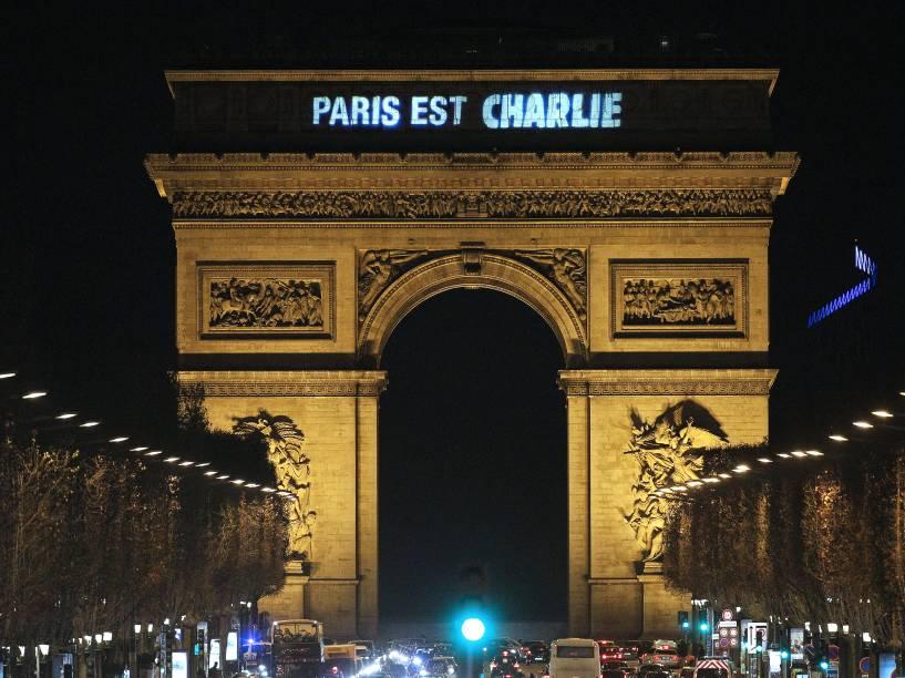 A frase Paris est Charlie (Paris é Charlie) é projetada no Arco do Triunfo em Paris, em homenagem às vítimas do atentado ao semanário satírico Charlie Hebdo - 09/01/2015