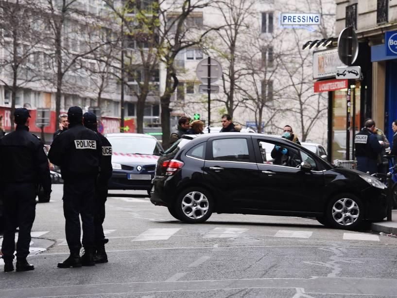 Policiais franceses ao lado do carro usado por homens armados que invadiram os escritórios da revista satírica Charlie Hebdo, matando 12 pessoas