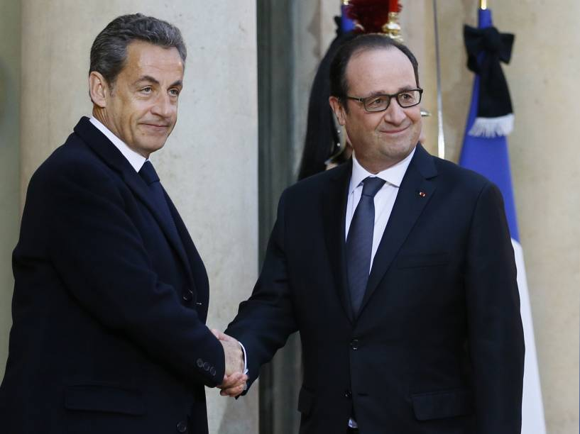O presidente francês, Francois Hollande (à dir.) cumprimenta o ex-presidente e líder da UMP partido de direita Nicolas Sarkozy no Palácio do Eliseu, em Paris, após ataque à revista satírica Charlie Hebdo - 08/01/2015