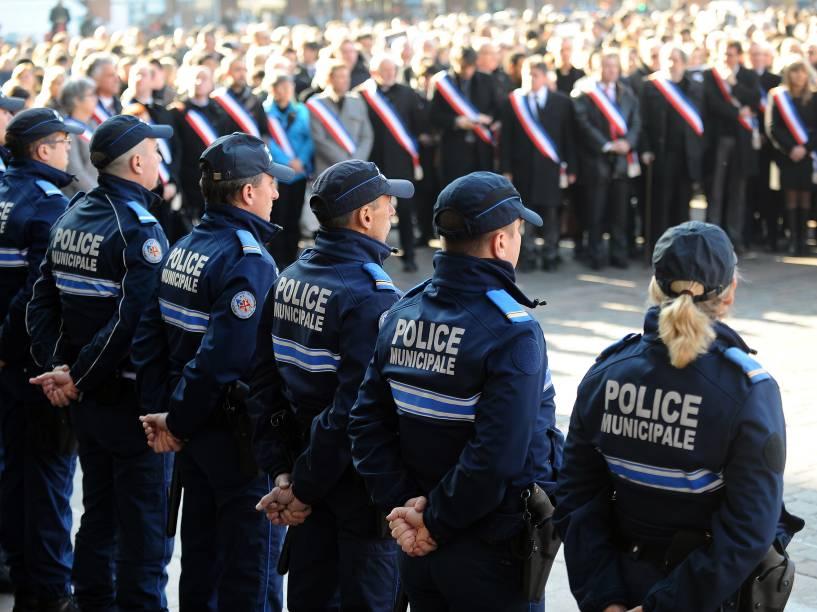 Policiais municipais franceses e representantes locais observam um minuto de silêncio em frente à prefeitura de Toulouse - 08/01/2015