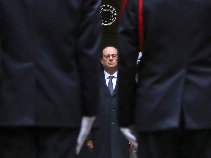 """O presidente francês, François Hollande, faz um minuto de silêncio em frente a Prefeitura de Paris, em homenagem às vítimas do ataque contra a sede da revista satírica """"Charlie Hebdo"""""""