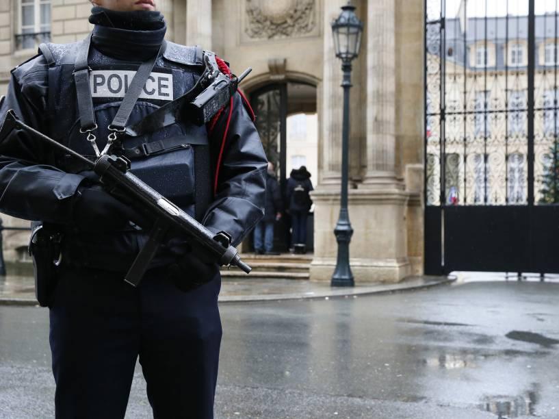 Segurança é reforçada em frente ao Grand Palais de Paris, após o ataque desta quarta-feira à revista Charlie Hebdo