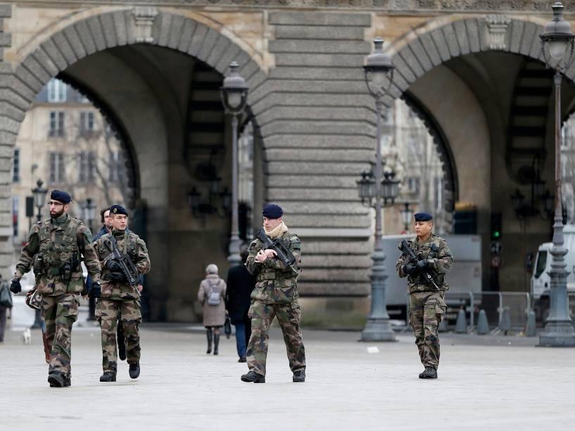 <br>Segurança é reforçada perto do Museu do Louvre, em Paris, após o ataque desta quarta-feira à revista Charlie Hebdo