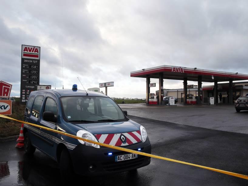 Carro da polícia francesa estacionado em um posto de gasolina em Villers-Cotterets, nordeste de Paris. Os dois suspeitos do ataque à revista satírica Charlie Hebdo foram vistos horas antes no local - 08/01/2015