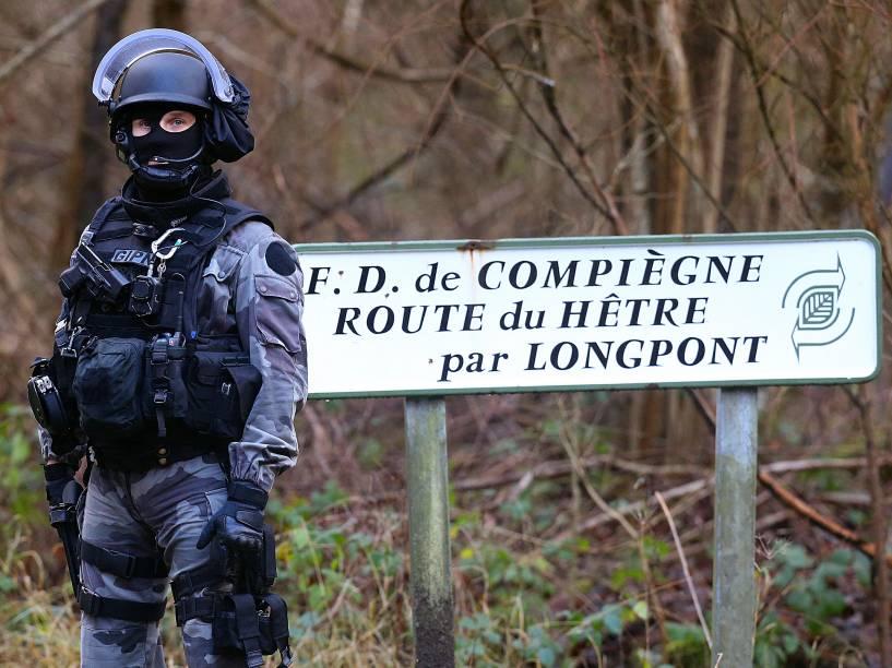 Policial armado é fotografado nos arredores de Villers-Cotterets, nordeste de Paris. Os dois suspeitos do ataque à revista satírica Charlie Hebdo foram vistos horas antes no local - 08/01/2015