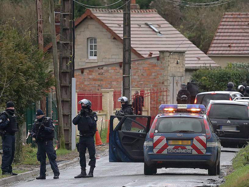 Policiais das forças especiais francesas, são retratados em Corcy, perto Villers-Cotterets, nordeste de Paris - 08/01/2015