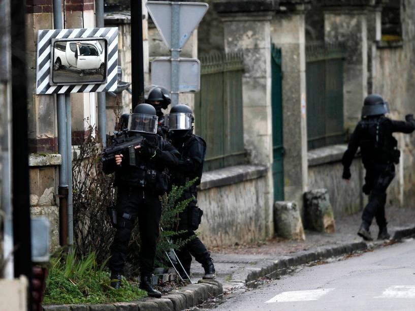 Policiais patrulham a aldeia de Longpont, a nordeste de Paris, em busca dos dois irmãos suspeitos do ataque armado à revista satírica Charlie Hebdo - 08/01/2015
