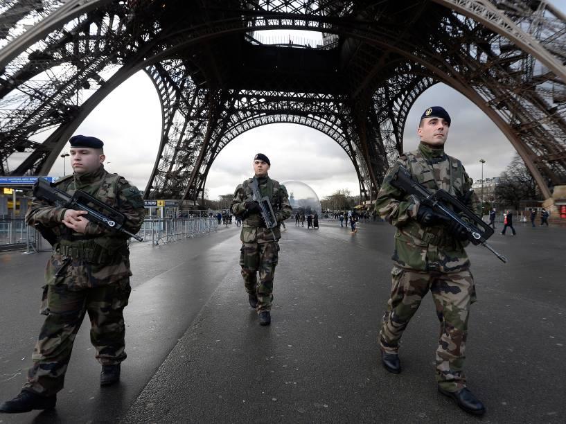 Segurança reforçada na Torre Eiffel após ataque terrorista aos escritórios da revista Charlie Hebdo em Paris