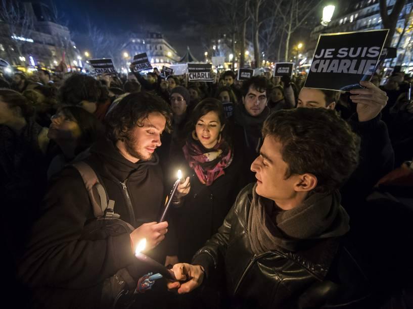 Centenas de pessoas acendem velas e carregam cartazes com a frase Eu sou Charlie durante uma manifestação em homenagem às vítimas do atentado contra o semanário satírico Charlie Hebdo em Paris - 08/01/2015