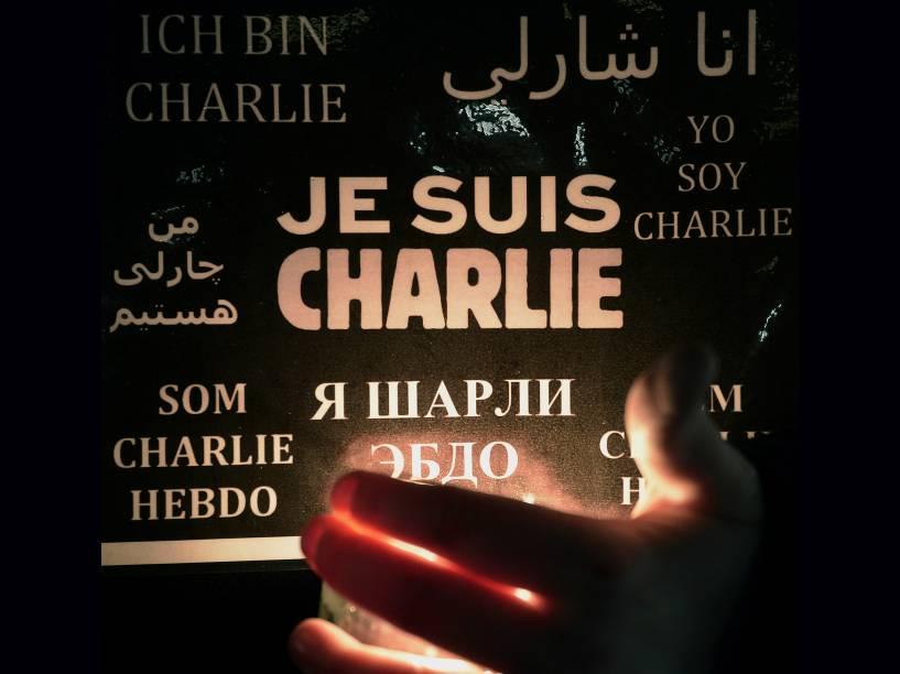 Mulher segura uma vela e um cartaz com a frase Eu sou Charlie em diversas línguas, durante uma manifestação em Estrasburgo, no leste da França - 08/01/2015