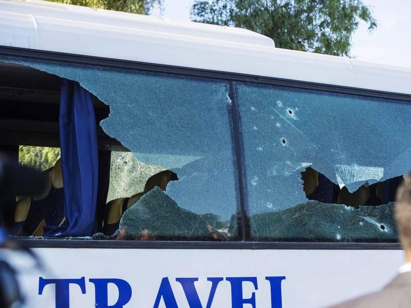 Buracos de bala são vistos na janela de um ônibus de turismo perto do Museu do Bardo após ataque terrorista em Túnis, Tunísia - 18/03/2015