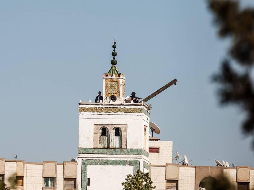 Atiradores das forças de segurança tunisianas no alto de um prédio perto do Museu do Bardo, em Túnis, após ataque terrorista - 18/03/2015