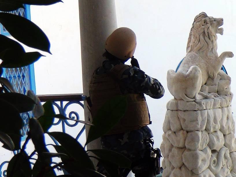 Atiradores das forças de segurança tunisianas são vistos nos arredores do Museu do Bardo durante ataque terrorista em Túnis, Tunísia - 18/03/2015