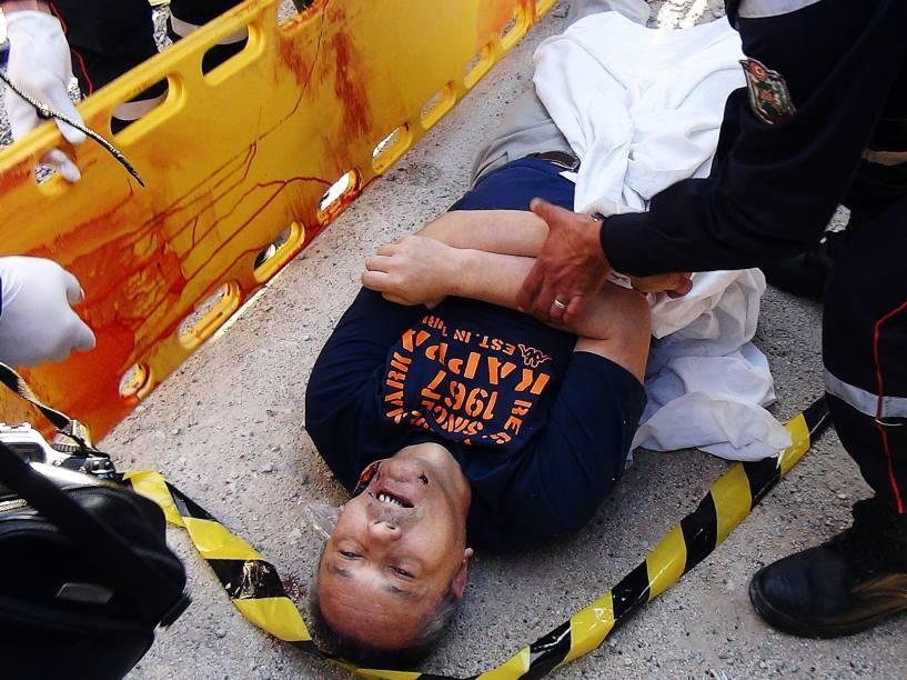 Homem é atendido após se ferir durante ataque terrorista ao Museu do Bardo, em Túnis, na Tunísia - 18/03/2015