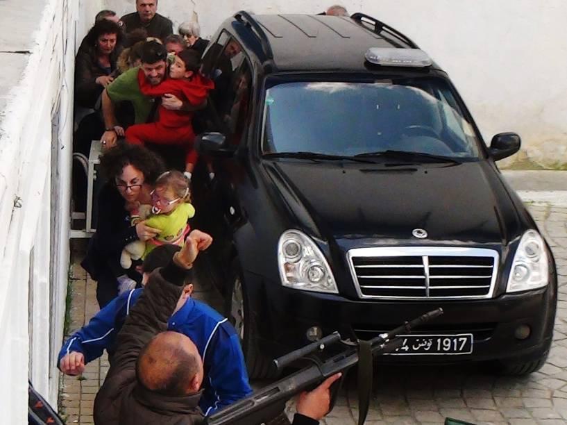 Reféns são resgatados por integrantes das forças de segurança tunisianas, durante ataque terrorista ao Museu do Bardo em Túnis, capital da Tunísia - 18/03/2015