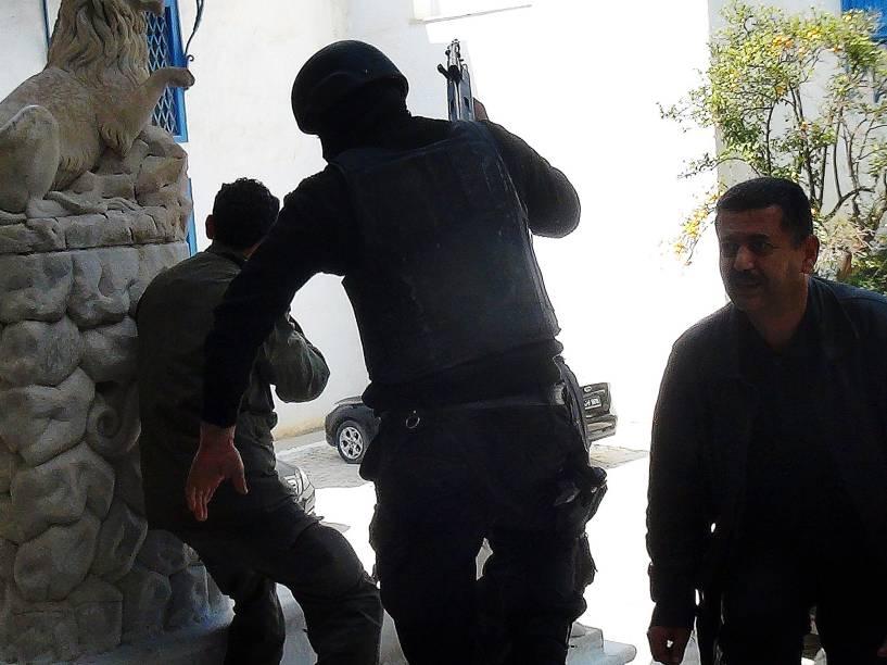 Membros das forças de segurança são vistos nos arredores do Museu do Bardo durante ataque terrorista em Túnis, Tunísia - 18/03/2015