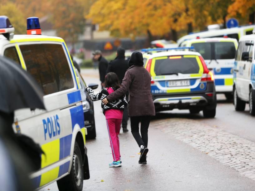 Estudante deixa uma escola em Trollhättan, na Suécia, após ataque de um homem mascarado armado com uma espada que feriu gravemente dois professores e dois alunos antes de ser preso - 22/10/2015