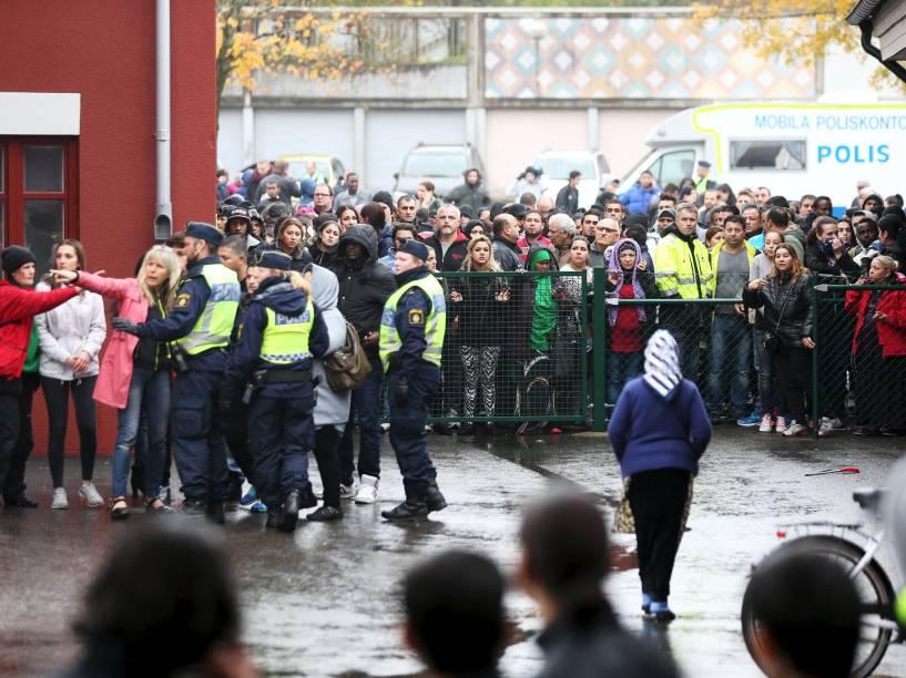 Polícia isola a cena de um ataque a uma escola primária e secundária em Trollhättan, na Suécia. Um homem mascarado armado com uma espada feriu gravemente dois professores e dois alunos antes de ser preso - 22/10/2015