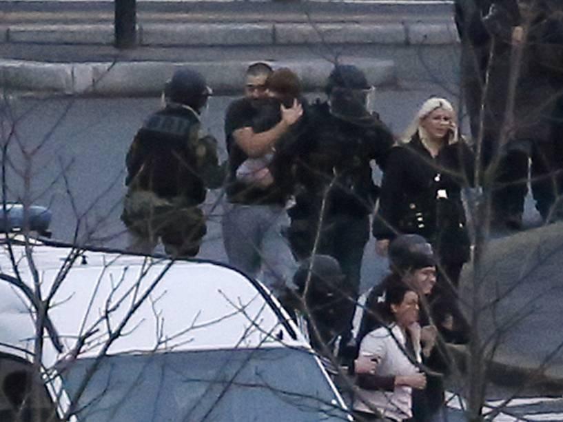 Membros das forças especiais da polícia francesa retiram reféns, incluindo uma criança, após operação em um mercado em Porte de Vincennes, leste de Paris - 09/01/2015