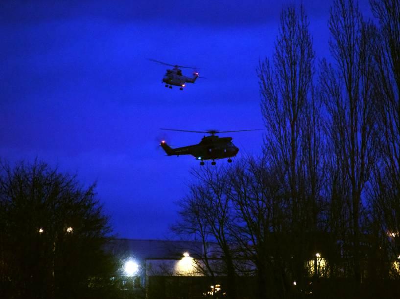 Helicópteros sobrevoam edifícios em Dammartin-en-Goele, ao nordeste de Paris, depois que os dois irmãos suspeitos de matar 12 pessoas em um ataque ao jornal satírico francês Charlie Hebdo foram mortos a tiros pela polícia - 09/01/2015
