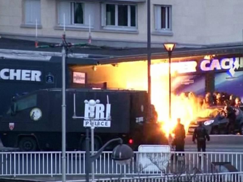 Frame de vídeo mostra o momento da entrada da polícia em um mercado em Porte de Vincennes, leste de Paris - 09/01/2015