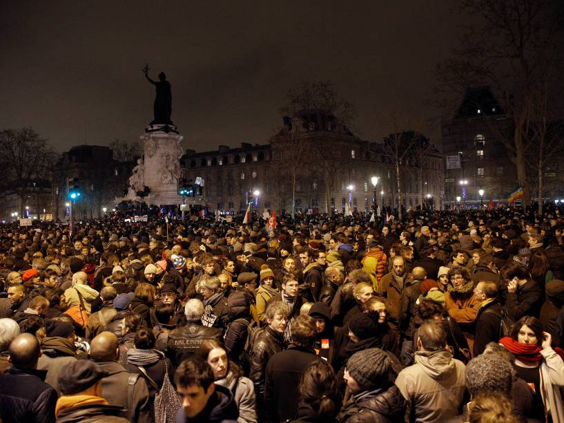 Milhares de franceses se reúnem na Place de la Republique (Praça da República), em Paris, para homenagear as vítimas do ataque feito por homens armados e encapuzados que abriram fogo e mataram ao menos 12 pessoas na sede da revista Charlie Hebdo, nesta quarta-feira (07)