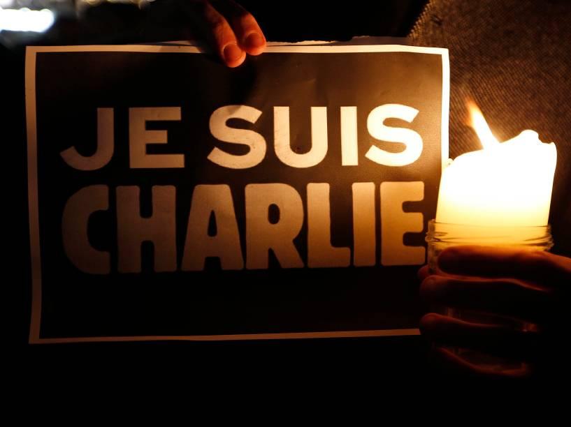 """Pessoas seguram um cartaz onde se lê em francês: """"Eu sou Charlie"""", depois que homens armados invadiram os escritórios da revista francesa Charlie Hebdo, em Paris. Pelo menos 12 pessoas morreram durante o ataque"""