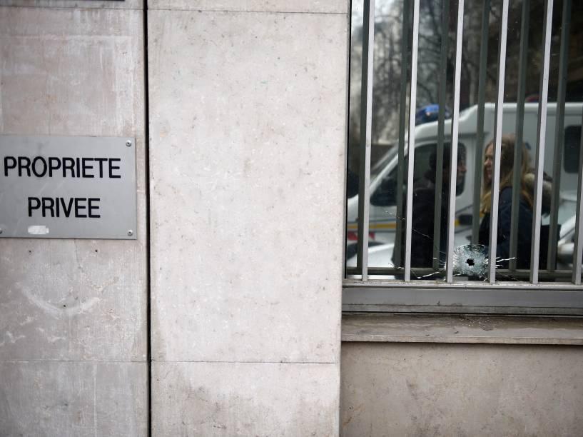 Marcas de bala na janela das instalações do jornal satírico francês Charlie Hebdo em Paris, após ataque de homens armados que invadiram os escritórios deixando pelo menos 12 pessoas mortas - 07/01/2015