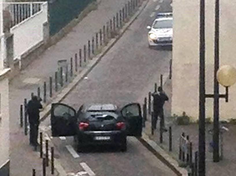 Homens armados foram vistos perto das instalações do jornal satírico francês Charlie Hebdo em Paris antes do ataque - 07/01/2015