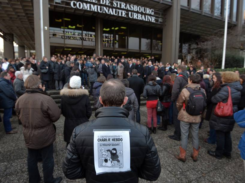 Pessoas fazem um minuto de silêncio, depois que homens armados invadiram os escritórios da revista francesa Charlie Hebdo, em Paris. Pelo menos 12 pessoas morreram durante o ataque