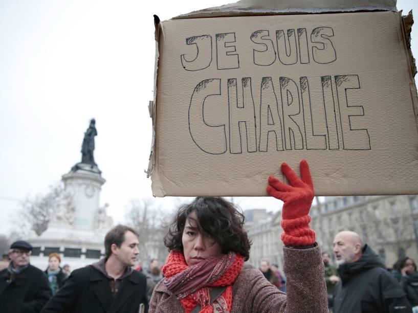 """Uma mulher segura um cartaz onde se lê em francês: """"Eu sou Charlie"""", depois que homens armados invadiram os escritórios da revista francesa Charlie Hebdo, em Paris. Pelo menos 12 pessoas morreram durante o ataque"""