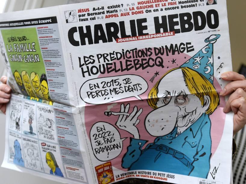 Leitora folheia edição desta quarta-feira (07) da Charlie Hebdo. A revista semanal de humor foi alvo de um ataque terrorista em Paris