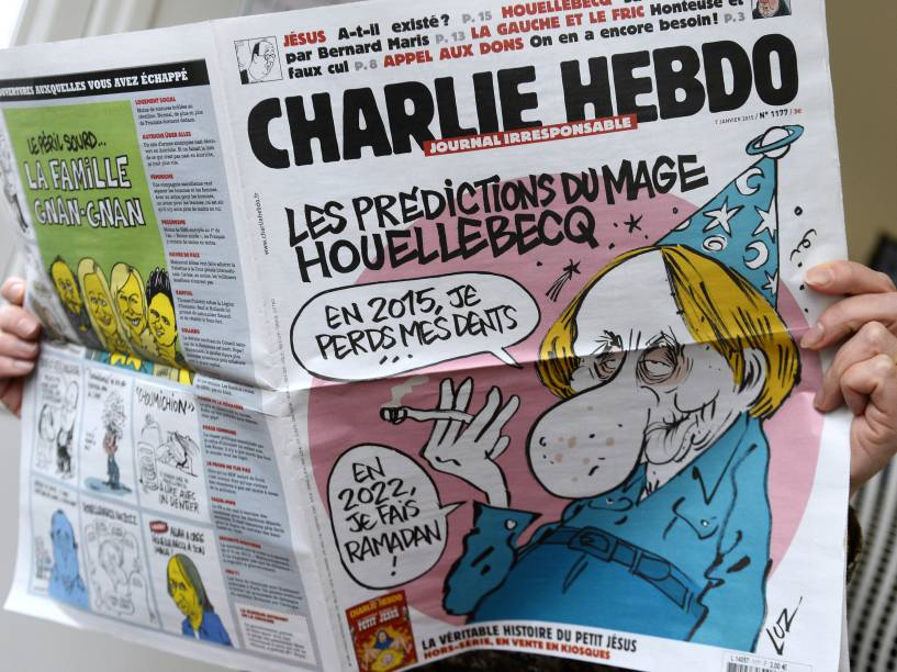 Leitora folheia última edição do Charlie Hebdo, jornal foi alvo de ataque em Paris, nesta quarta-feira (07)