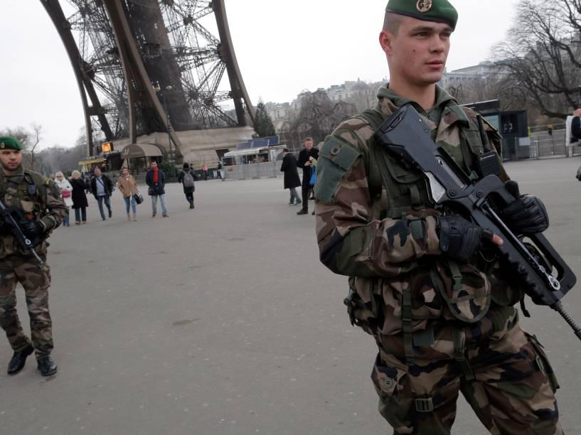 Segurança é reforçada na Torre Eiffel após o ataque desta quarta-feira à revista Charlie Hebdo