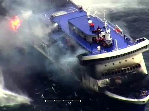 Frame de vídeo divulgado pela Guarda Costeira da Itália mostra o Norman Atlantic em chamas