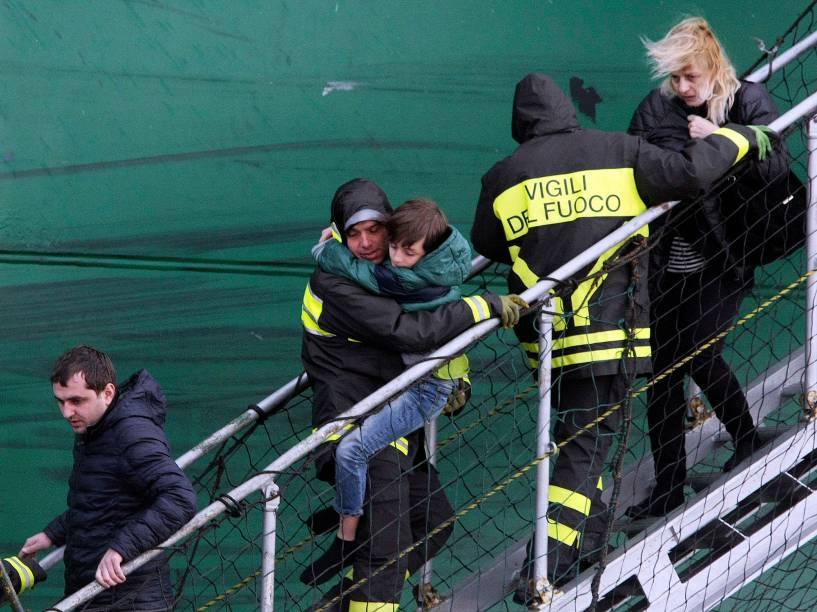 Bombeiros italianos retiram criança de dentro de navio de carga após a balsa Norman Atlantic, que seguia para a Itália, pegar fogo em águas gregas