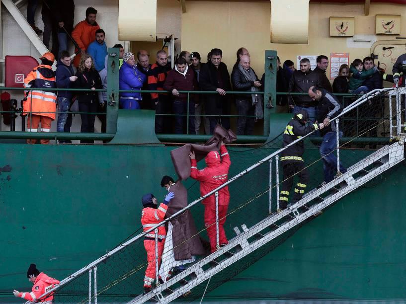 Bombeiros retiram passageiros de navio de carga após balsa Norman Atlantic pegar fogo no caminho da Grécia para a Itália