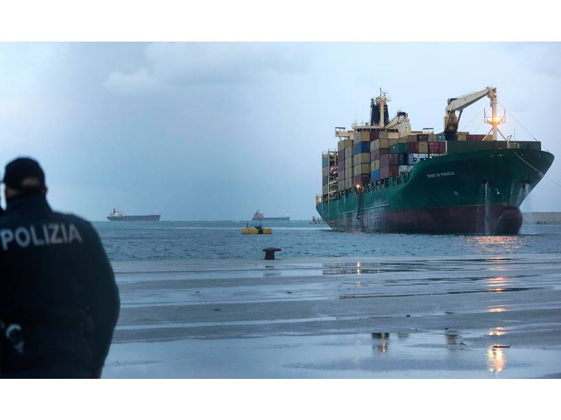 Navio de carga que carregava os passageiros da balsa Norman Atlantic chega à província italiana de Bari
