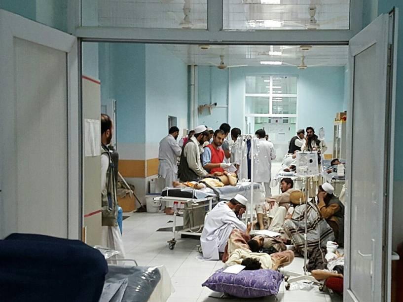 Imagem divulgada pelos Médicos Sem Fronteiras mostra civis feridos após ofensiva contra militantes do Talibã que atingiu um hospital da organização em Kunduz, no Afeganistão - 03/10/2015