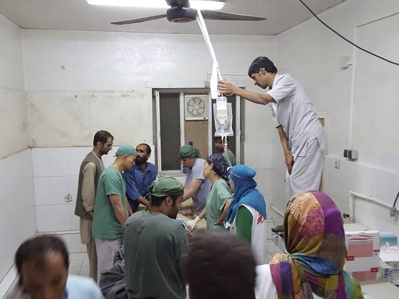 Cirurgiões dos Médicos Sem Fronteiras atendem civis feridos após ofensiva contra militantes do Talibã que atingiu um hospital da organização em Kunduz, no Afeganistão - 03/10/2015