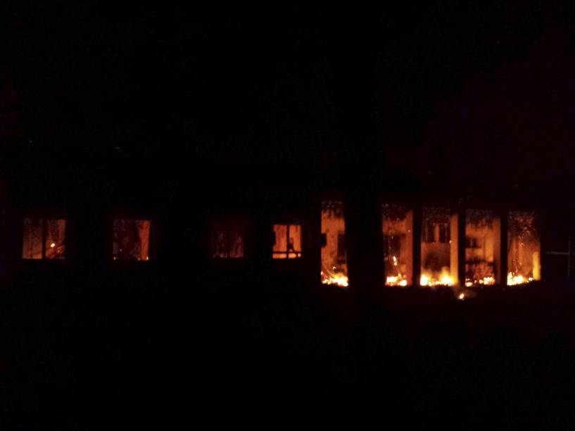 Imagem divulgada pelos Médicos Sem Fronteiras mostra um incêndio em parte do hospital da organização na cidade afegã de Kunduz após ter sido atingido por um ataque aéreo - 03/10/2015