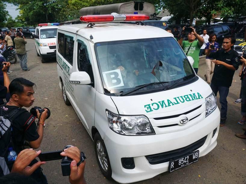 Comboio de ambulâncias carregando caixões chegam à ilha de Nusa Kambangan, na Indonésia, onde deve acontecer a execução de seis condenados por tráfico de drogas no país - 17/01/2015