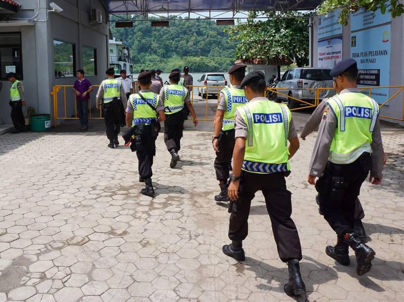 Policiais da Indonésia durante preparação de segurança para provável execução de seis condenados à morte por tráfico de drogas no país - 17/01/2015