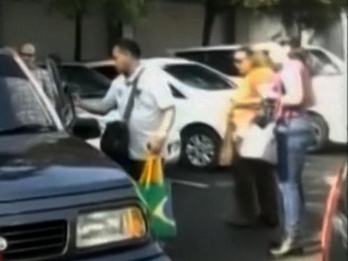 Em vídeo divulgado por emissora televisiva local, parentes do brasileiro Marco Archer, que deve ser executado na Indonésia, chegam à prisão para última visita - 17/01/2015