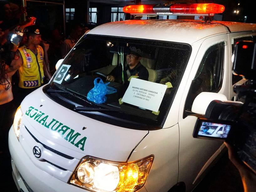 Ambulância carregando o corpo do brasileiro Marco Archer, condenado à morte por tráfico de drogas na Indonésia, deixa a ilha de Nusa Kambangan - 17/01/2015