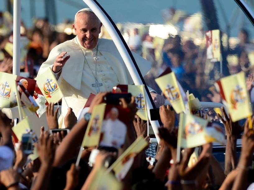Fiéis saúdam o papa Francisco na chegada para a missa de canonização do missionário José Vaz no Sri Lanka - 14/01/2015