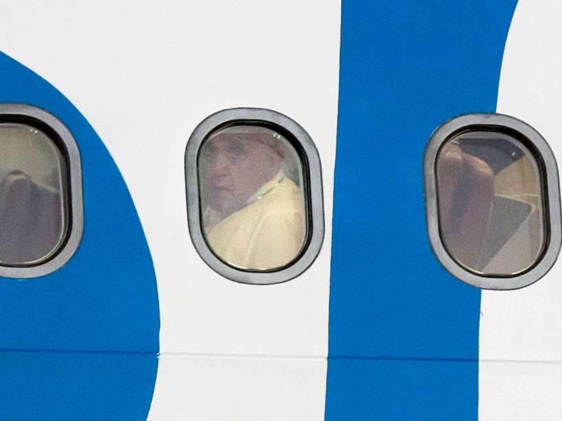 Papa Francisco fotografado na janela do avião antes de desembarcar em Pasay, cidade ao sul de Manila, nas Filipinas - 15/01/2015