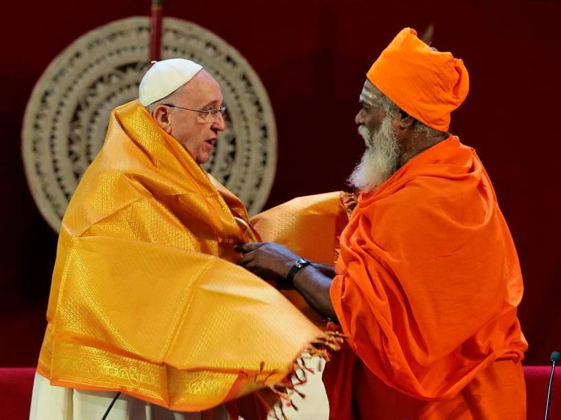 Sacerdote hindu Kurakkal Somasundaram, entrega um xale ao papa Francisco durante encontro inter-religioso em Colombo, no Sri Lanka - 13/01/2015