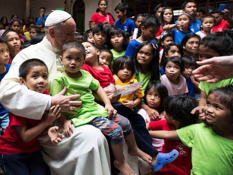 Papa Francisco se reúne com crianças durante visita a uma fundação em Manila, nas Filipinas - 16/01/2015